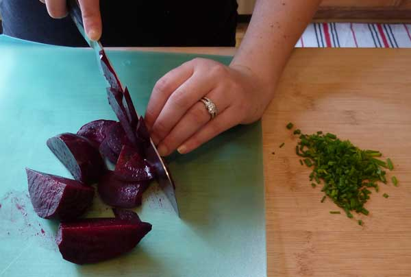Slice the roasted beet and chop the chives.